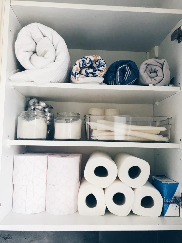 Een opgeruimde en georganizede bijkeukenkastje..