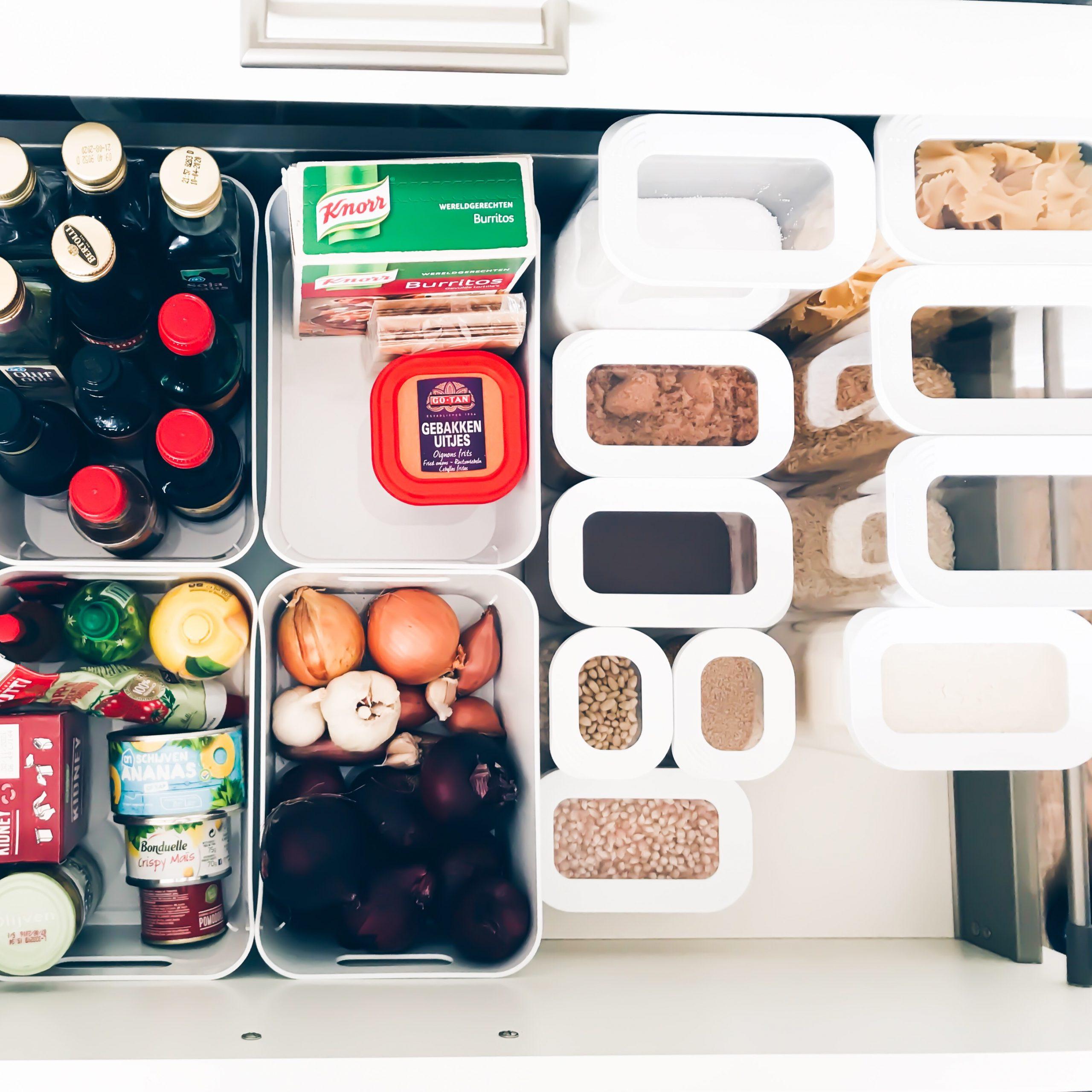 Een opgeruimde en georganizede keukenlade.