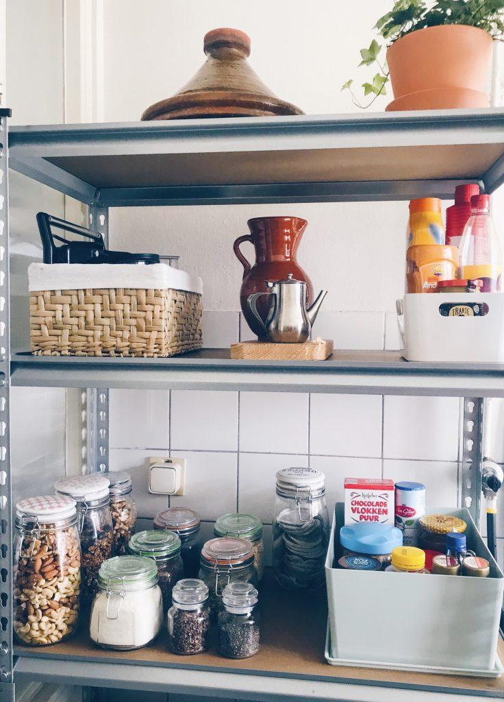 Het resultaat na het opruimen en organizen van de voorraadkast in de keuken.
