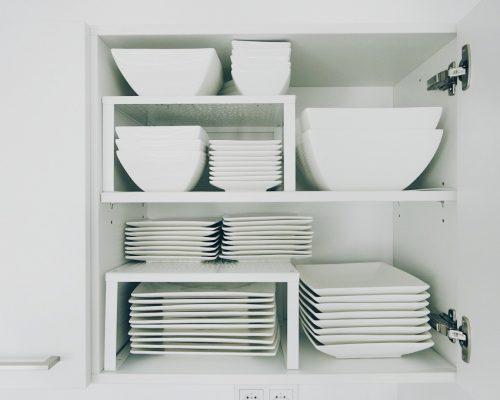 Opgeruimd en georganized servies in de keuken